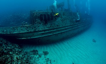 a shipwreck in the sea near bermuda